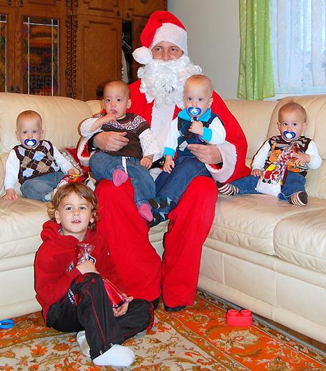 Decemberben a Mikulás is meglátogatta az ikreket, akiknek eszük ágában sem volt megijedni tőle, viszont alaposan megráncigálták a szakállát, ily módon jelezve, hogy a továbbiakban is számítanak az együttműködésére.