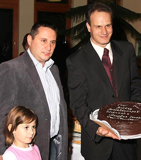 Az ikreket sokan felköszöntötték az első születésnapjukon. A kerületi polgármester tortával lepte meg őket, a legtöbb vendég azonban pelenkát hozott, mivel abból sosem elég.Kapcsolódó cikk:Megdöbbentő adatok az ikrekről »
