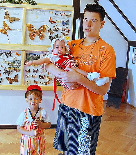 A nagyobbik báty, a 16 éves Norbi mostanában a saját felnőtté válásával van elfoglalva. Nagykamaszként nemigen tud azonosulni a kis mütyürökkel, de ezt Ágnesék nem is várják tőle. Ha azonban édesanyja arra kéri, hogy segítsen megetetni az ikreket, megteszi.Kapcsolódó cikk:Mit szóltak a nagyobb testvérek? »