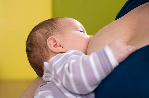 Az első hónapokban a baba gyakran és hosszan szopik.