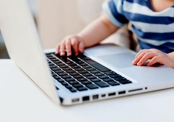 A számítógép előtt is könnyű ott ragadni. Érdemes korlátok közé szorítani az ily módon töltött időt, illetve megtalálni a módját, hogyan építhető be a komputer a tanulásba.