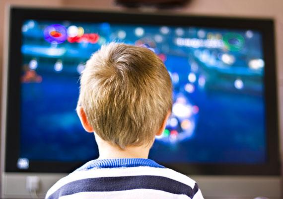 A tévénézés nemcsak elveszi az időt a tanulástól, de a gyerek idegrendszerére is károsan hat.