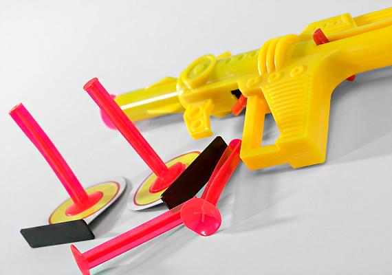 Hagyd a polcon azokat a játékfegyvereket, amelyek alkalmasak kisebb tárgyak vagy pláne a hozzájuk gyártott töltények kilövésére.