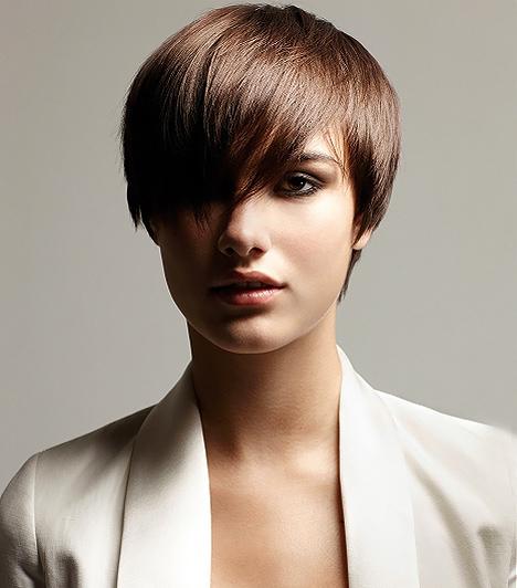 Elöl hosszú, hátul rövidEz a rövid frizurák közül a legnőiesebb fazon, ráadásul a fokozatossága miatt nem engedi, hogy a fejedre lapuljon a hajad. Arra is lehetőséget ad, hogy ezerféleképpen viseld, hiszen a frufru hosszúsága még a hullámokat is elbírja. Ám, ha nem csinálsz vele semmit, akkor is sikkes és nőies.