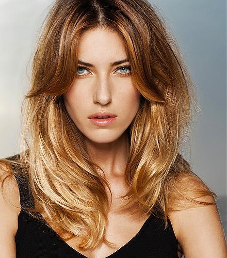 Lépcsőzetes fazon  Jennifer Anistonnak sincs túl sok haja, ám ez senkinek sem tűnt fel, amíg ilyen frizurát viselt. A puhára vágott hajrétegek lazán egymásba omlanak, így lágy esésű tincseket eredményeznek, melyek optikailag tömörebbé teszik a sörényt. A kettéválasztott, hosszúra hagyott frufru pedig nem igényel mesterfokú hajszárítást, elég, ha félszárazon kicsit megnyomkodod a kezeddel, hogy lazúrosabb legyen.