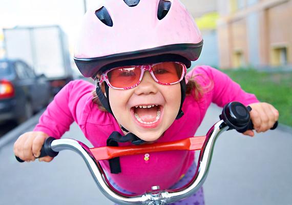 Nyáron előkerülnek a kerékpárok - ami egyfelől jó dolog, másfelől viszont potenciális veszélyforrás. Tanítsd gyermekedet figyelmességre és óvatosságra.