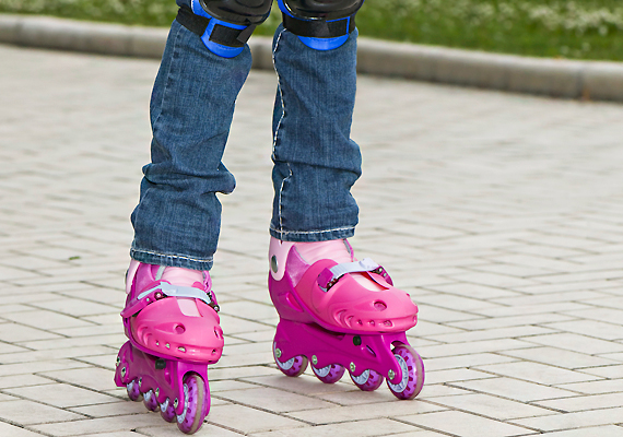 Görkorcsolyával is nagyot lehet esni - jó, ha a gyereken van sisak, ha a közlekedésnek ezt a módját választja.