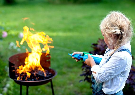 A kedvelt nyári foglalatosságok közé tartozik a kerti sütögetés, ám fontos, hogy ilyenkor folyamatosan távolt tartsd a kicsit a tűztől. Elég egy rossz mozdulat, és súlyos égési sérülést szenvedhet.