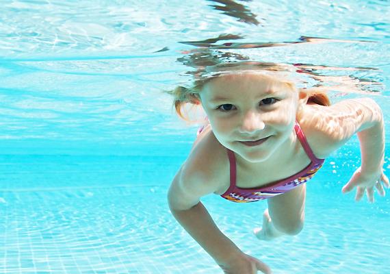 Sajnos az idén is történt már strandbaleset. Egyedül legfeljebb akkor engedd a vízbe a gyereket, ha már elég nagy hozzá, és persze teljes biztonsággal mozog ebben az ősi közegben. Természetes vizekben pedig soha ne fürödjön felügyelet nélkül.