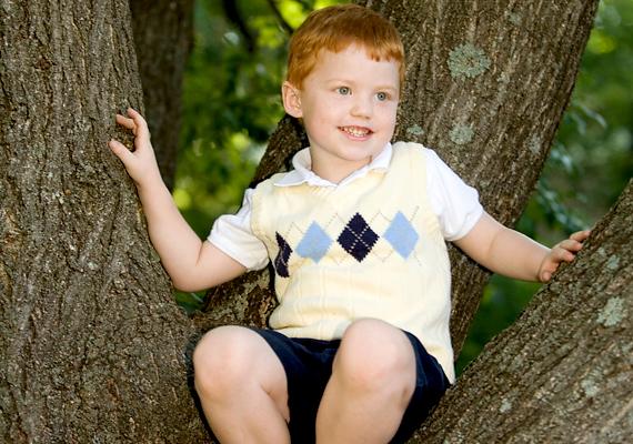 A fára mászás szintén veszélyes játék lehet, már csak azért is, mert a kemény kéreg könnyen felhorzsolja a gyerek kezét, lábát, ugyanakkor a zuhanásveszély is fennáll. Egy törékenyebb ág, és a gyerek máris a földön találja magát.