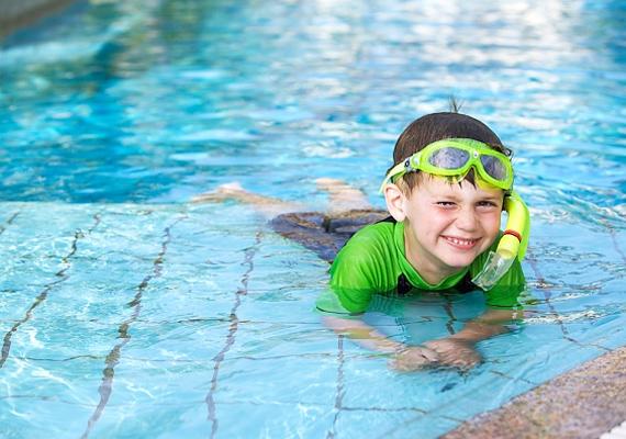 A medence több veszélyt is rejt magában, ha gyerekekről van szó. Először is, sohasem szabad felügyelet nélkül a víz közelébe engedni a gyerkőcöt. Arra is vigyázz, nehogy beverje a fejét, mert sajnos a legtöbb fulladásos esetnek ez az előzménye.