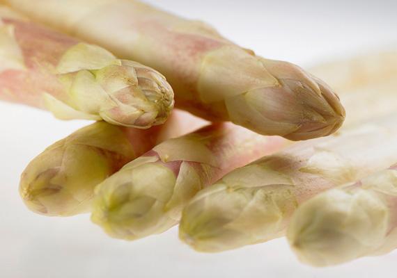 A spárga védi a szívet és az érrendszert, emellett a bélflóra állapotát is javítja. B5-vitamin- és folsavtartalma magas.