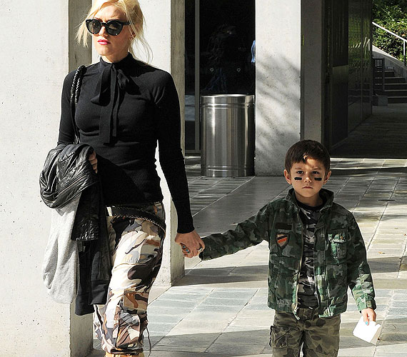 Gwen Stefani és fia, Kingston terepmintás szerelést választottak, ami mindkettőjüknek nagyon vagányan áll.