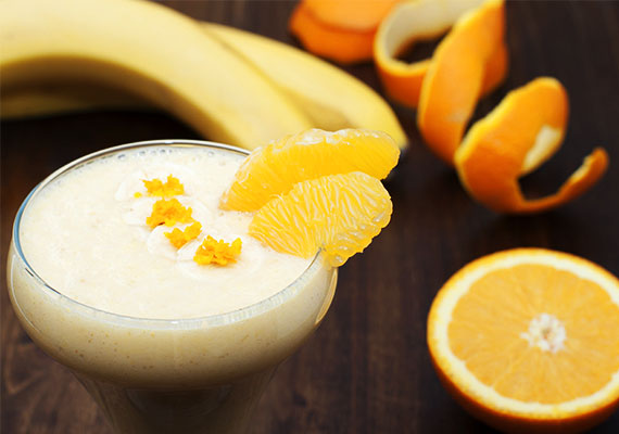 Narancsos-banános turmixA déligyümölcsök ősszel és télen jó barátok lehetnek a vitaminbevitelben. A banán remek kalciumforrás, a narancs C-vitaminban gazdag.Hozzávalók:3 narancs facsart leve1 banán1 ek mézcsipetnyi fahéj