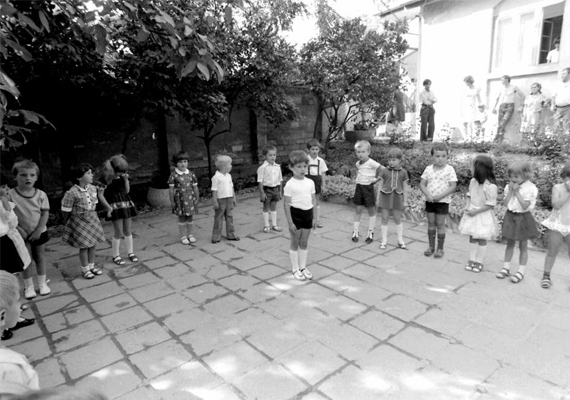 Ünnepség az óvoda udvarán. (1980)