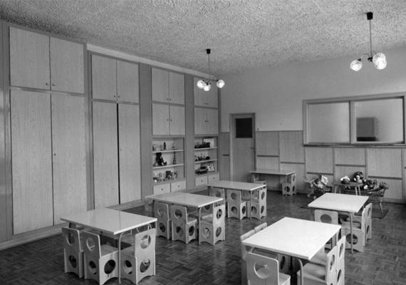 Apró asztalok és székek apróságoknak. (1980)