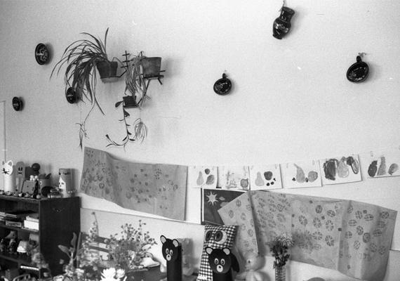 Kartonpapír állatok, játékok és gyerekrajzok az oviban. (1983)