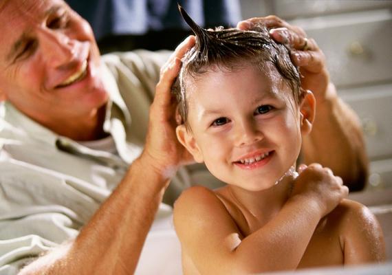 Miután a szabadból bemegy, a gyerek haját érdemes megmosni, mert abban is maradhatnak pollenek, amiktől a tünetei kijöhetnek a négy fal közt is, ahol nincs is ilyen növény.