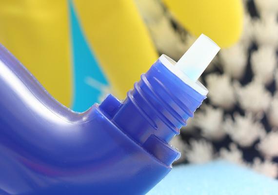 A műanyagok, mosószerek és kőolajalapú üzemanyagok gyártásakor használt benzol nagy koncentrációban leukémiát, nyirokcsomó- és más rosszindulatú daganatot okozhat. Leginkább a tisztítószerekben fordul elő. Még a kiürült és alaposan elmosott flakont se add oda játszani a kicsinek.