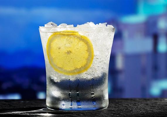 A citromos víz és a limonádé segít leküzdeni a hányingert. Hidegen fogyaszd!