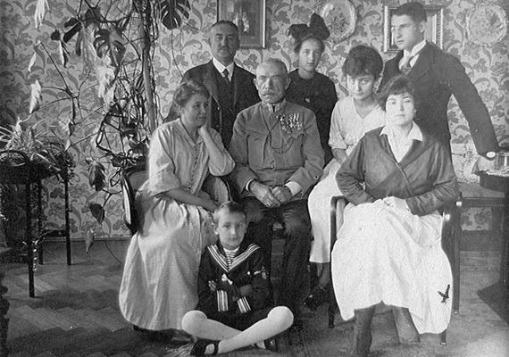 1916 sajnos az első világháború miatt szomorú időszak volt hazánkban is, annak ideje alatt készült ez a felvétel. A családtagok arckifejezése beszédes. Ebben az évben indult Kassák Lajos Ma című folyóirata.