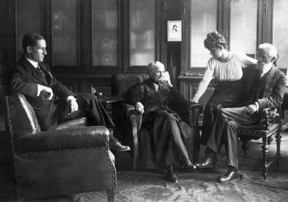 Szintén 1920-as fotó, ebben az évben született Zenthe Ferenc, a Nemzet Színésze, Kossuth-díjas és kétszeres Jászai Mari-díjas színművész, és ugyanekkor jelent meg először a színen Poirot nyomozó is, Agatha Christie jóvoltából.