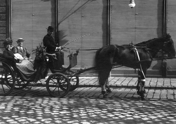A lovaskocsis kép 1920-ból való, ekkor alapította meg a földrajztudós, gróf Teleki Pál Horthy Miklós kormányzó megbízásából első kormányát, és ebben az évben írták alá a trianoni békeszerződést.