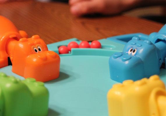 A Hungry hippo, vagy sokak körében Bubó hami néven ismert társasjátékot gyerekzsivaj vette körbe, valahányszor előkerült. A vízilovakat egy-egy gyerek irányította, és amelyik a legtöbb golyót befalta, az győzött.
