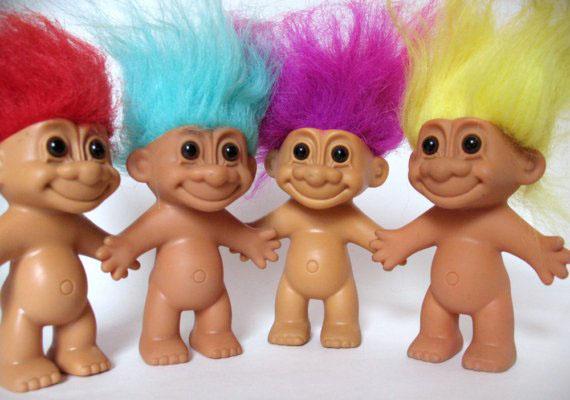 A troll szó a mai fiataloknak már egész mást jelent, mint a nyolcvanas-kilencvenes években. Akkoriban ezt a kedves kismanót fedte a név. Mindegyiküknek más színű, simogatnivalóan puha haja volt.