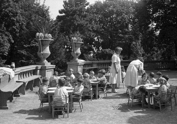 Tízórai a szabadban.                         Kép: Nagy Gyula, 1959