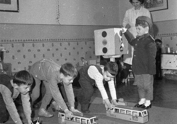 A közlekedési lámpa működését is megtanulták.                         Kép: Imre, 1965