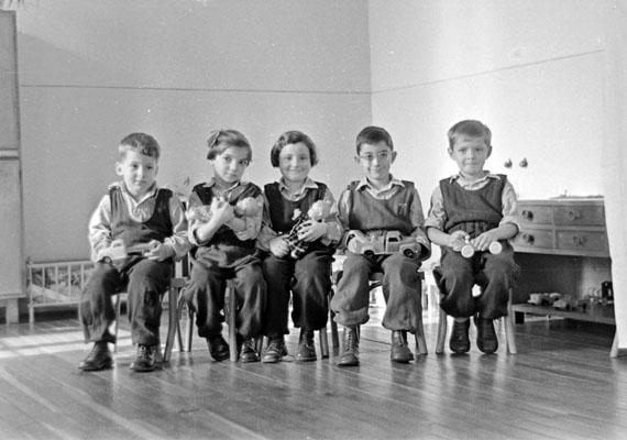 Apró székeken apró gyerekek a kedvenc játékaikkal.                         Kép: Szent-Tamási Mihály, 1953