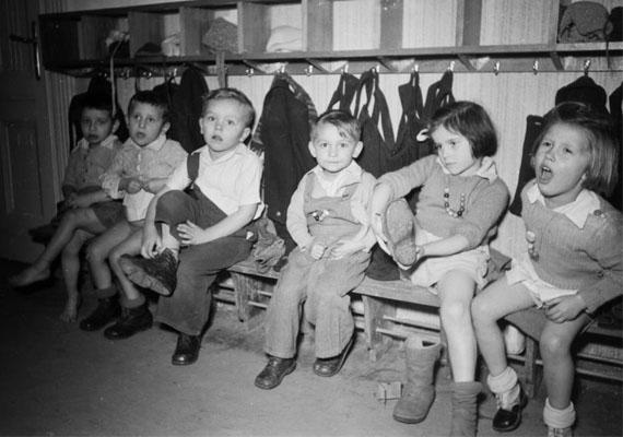 Ügyesen, ők maguk vették fel a kiscipőt és kiskabátot.                         Kép: Kovács Márton Ernő, 1947