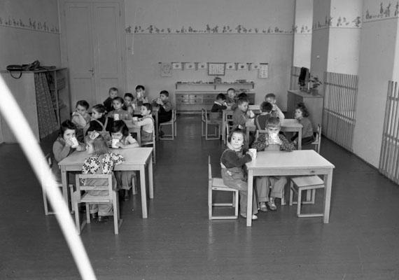 Étkezés a parányi asztaloknál.                         Kép: Uvaterv, 1951