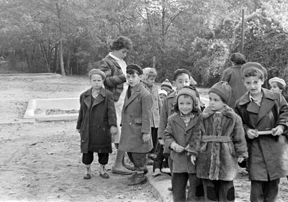Oviscsoport a szabadban - érdemes megfigyelni a gyerekek öltözetét, milyen sokat változott azóta a gyerekruházat.                         Kép: Szent-Tamási Mihály, 1953