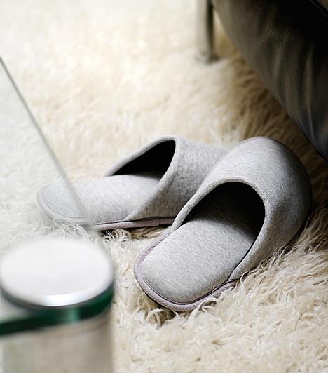 Műszálas szőnyegek  Az újonnan vásárolt műszálas szőnyegek még néhány hónapig illékony, mérgező anyagokkal szennyezhetik a lakás levegőjét, így nem árt a gyakori szellőztetésről gondoskodni. Egy idő után távoznak a szálak között rekedt gőzök, de a vizes-vegyszeres tisztítás ismét felerősítheti a párolgásukat. Általában csak az érzékenyeknél és a gyerekeknél okoznak tüneteket, melyek könnyen összekeverhetők a náthával.