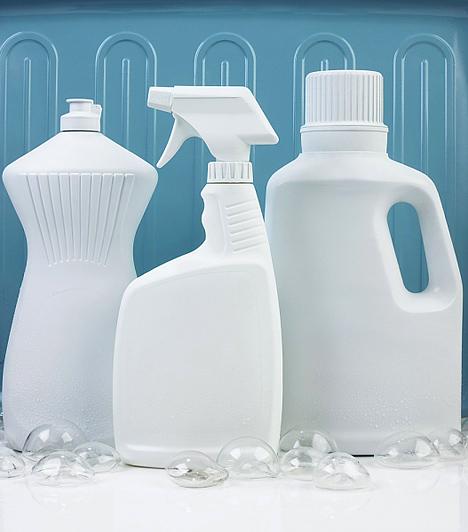 Tisztítószerek  Manapság csak kevesen tudják elképzelni az alapos takarítást vegyszerek nélkül. Azt talán már mondani sem kell, hogy a kisgyerekek elől alaposan el kell zárni ezeket a mérgező anyagokat, illetve takarítás közben sem ajánlatos látótávolságon kívül, szanaszét hagyni a lakásban a tisztítószereket, nehogy a körülötted sertepertélő csöppség keze ügyébe kerüljenek. Régen a szúrós szaguk elriasztotta a kíváncsiskodó lurkókat, de ma már úgy agyonillatosítják őket, hogy csábítóak lehetnek a picik számára. Az étellel érintkező felületeknél fontos a fertőtlenítés, de a hipót lehetőség szerint kerüld ezeken a helyeken.