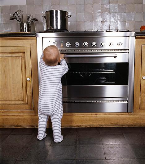 Fémtisztítók  A fémfelületek manapság divatosak, így gyakran előfordulnak a lakásban. Ahhoz, hogy sokáig csillogóak maradjanak, speciális felülettisztítókra van szükség, melyek irritáló gázokat bocsájthatnak ki, különösen a spray-kiszerelésű változataik, amik óhatatlanul telepermetezik a levegőt. Egy alapos szellőztetéssel elkerülhető, hogy a gyerek belélegezze, viszont arról se feledkezz meg, hogy a fémfelületen nyomokban ott maradhat a mérgező vegyszer, a kis totyogók pedig hajlamosak mindent összenyalni.