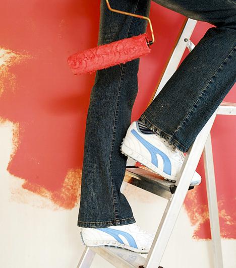 Falfesték  A falfestékek is számos vegyi anyagot tartalmaznak, ám a száradás után ezek rendszerint egy-két nap alatt kiürülnek a légtérből. Komolyabb mérgezést csak az ólomtartalmú, beltéri olajfestékek okozhatnak, melyek forgalmazását már betiltották, viszont, a régi lakásokban még előfordulhatnak. Bár a mai festékek többsége nem ennyire veszélyes, a gyerekszoba kifestését érdemes jóval a lurkó születése előtt beütemezni, hogy alaposan kiszellőzzön a levegő, vagy válassz természetes alapanyagú falfestéket.