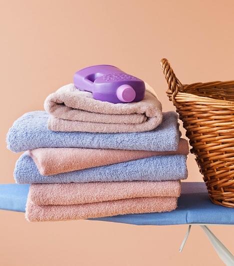 Mosószer  A mosószerek számos szintetikus összetevőt tartalmaznak, különösen a nagy hatékonyságú folttisztítók. Ezek többsége az alapos öblítés ellenére is irritációt válthat ki az érzékeny bőrű gyerekeknél. Ha kiütéseket tapasztalsz a gyermekeden, melyek összefüggésbe hozhatók a frissen mosott ruhákkal, érdemes mosóport váltanod vagy visszatérned a természetesebb tisztítóanyagokhoz, például a natúr mosószódához, mely mosáshoz, vízlágyításhoz és takarításhoz is tökéletes.