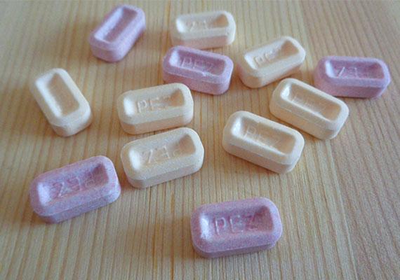 A PEZ cukorkát műanyag, figurás adagolóba lehetett tölteni.