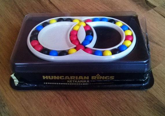 Magyar karika - kétkarika                         A kis színes golyókat négyféle irányba lehetett mozgatni, rakosgatni. A cél az volt, hogy az azonos színű golyók egymást kövessék.