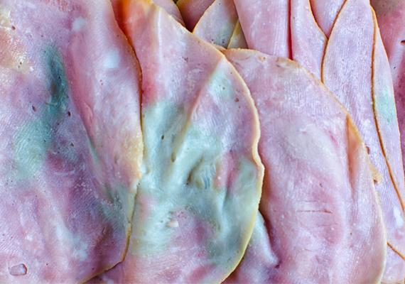 Felvágottak esetében szintén árulkodó a ragacsos felület és a szag, de a fehér, zöldes vagy szürkés elszíneződés is jelzi, hogy az étel romlott.
