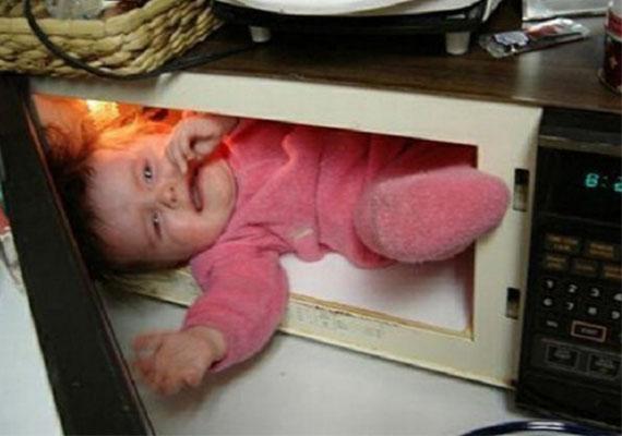 Ha poénnak szánta, ha nem, az ötlet abszurd, és a gyerek láthatóan nem örül neki, hogy a szülő a mikróba tette.