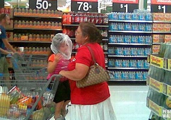 Ez a nő, mit sem törődve vele, hogy a gyerek meg is fulladhat, hagyja, hogy nejlonzacskóval a fején üljön a kosárban. Remélhetőleg nem ő húzta rá viccből.