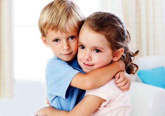 Már egészen kicsi korban kialakulhat olyan kötődés, mint a szerelem, ami szintén elvonhatja a gyerek figyelmét. Ne tiltsd el a kis barátjától, de szervezd úgy, hogy csak tanulás után találkozhassanak.