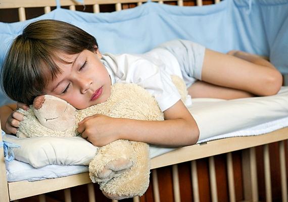 Ebbe szervesen beletartozik az is, hogy megfelelő mennyiségű és minőségű alvóidőt tudj a kicsinek biztosítani. A fáradt gyerek képtelen koncentrálni.