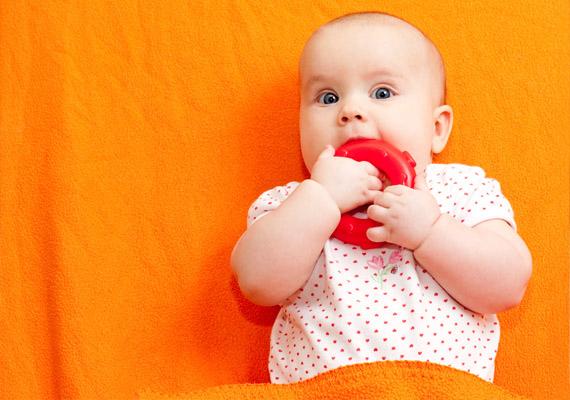 Hogyan kezelhető?                         Fontos, hogy a kicsi játékát, cumiját, kanalát minden használat után fertőtlenítsd, elkerülendő a visszafertőződést. A baba, illetve gyerek szájának minden zugát alaposan át kell törölni patikában beszerezhető bórax-glicerines gézzel. Ha még szopizik a baba, a mellet is érdemes áttörölni minden etetés után a fenti gézzel, máskülönben nemcsak a baba fertőzése nem múlik el, de a mellbimbó is megfertőződhet. Amennyiben a fertőzés jelei a végbélnyílás, illetve a nemi szervek körül is megjelennek, bóraxos popsikrémet, illetve a nemi szerveknél Canesten krémet szoktak alkalmazni ellenszerként.                         Kérd a gyerekorvos tanácsát!