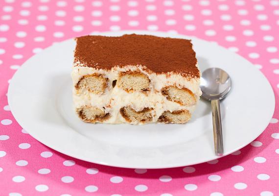 Végül, még egy édesség, ami szalmonellafertőzést okozhat: a tiramisu. Mivel a desszert tartalmaz nyers tojást, nyáron érdemes kerülni a készítését, de, ha mindenképp erre vágyik a család, tedd mielőbb hűvösre, ha elkészítetted!