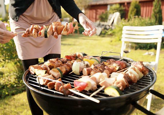 Grillezéskor bárkit becsaphatnak az érzékei és az éhsége, és a még nem jól átsült hús kerülhet a tányérra. A húst mindig süsd meg egészen, ugyanis félig sült hús is lehet szalmonellaforrás.